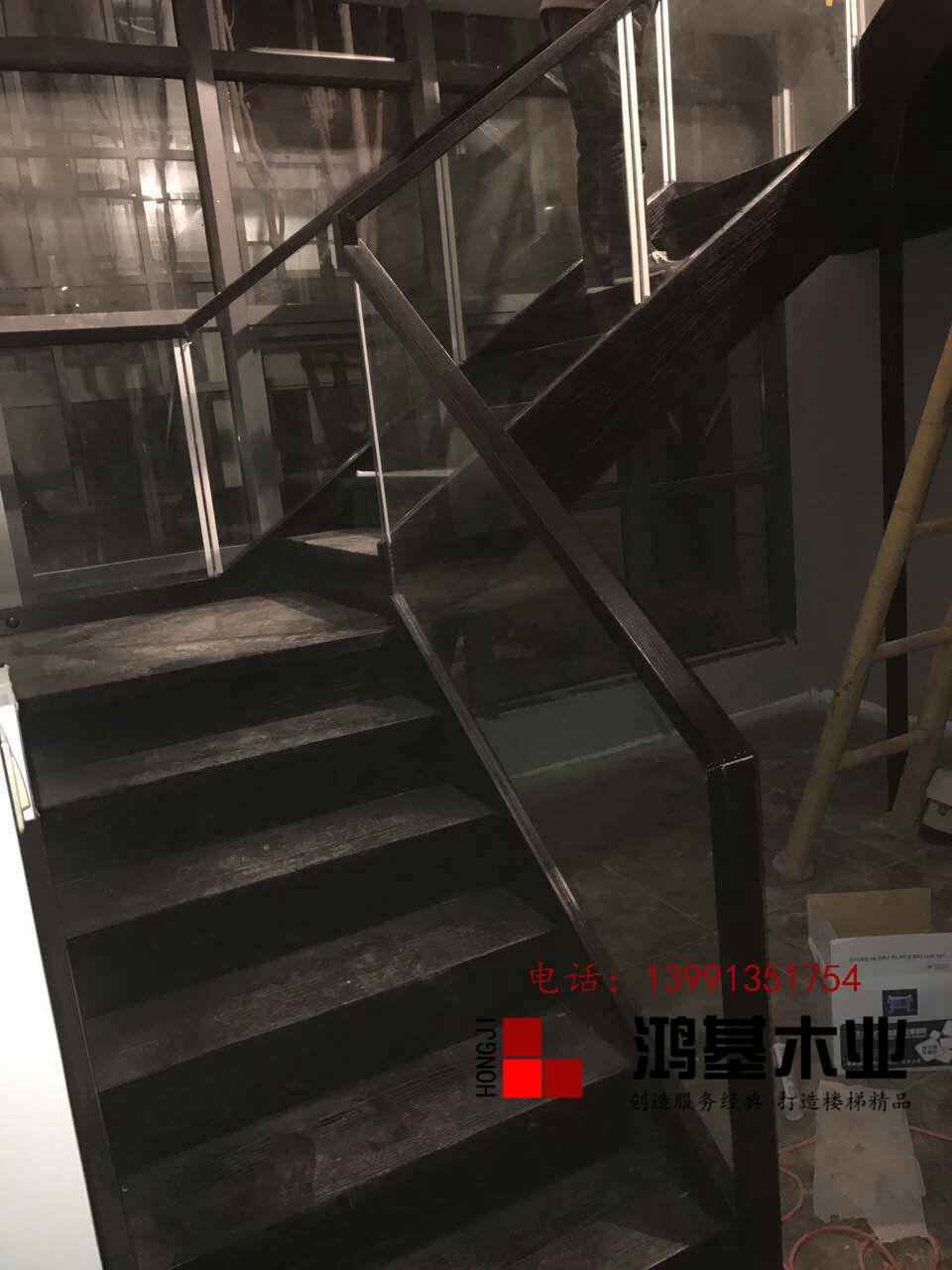 (西安市厂家直销实木楼梯)美国红橡木定制玻璃护栏实木楼梯-鸿基楼梯